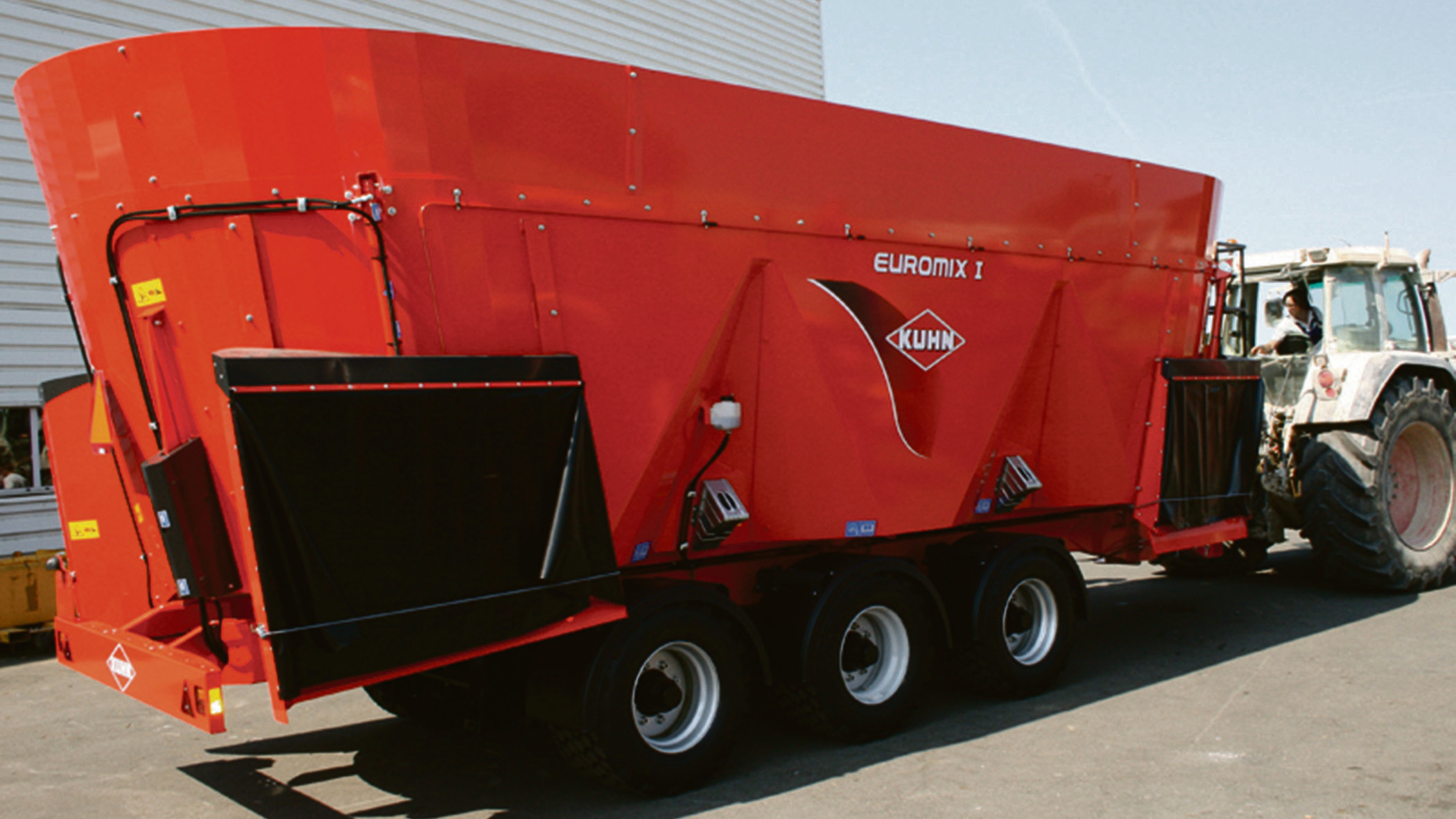 Triple auger feeder wagons for large-scale dairy farms