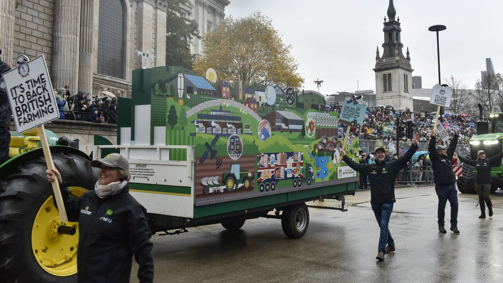 John Deere's 4-track 9RX tractor steals the Lord Mayor's Show