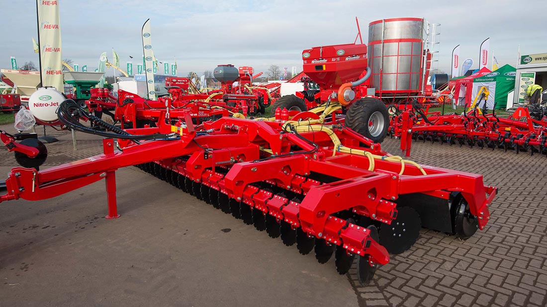Opico He-Va disc roller and Variocast 16 cover crop combination