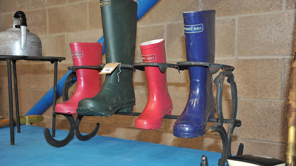Horse shoe welly stand