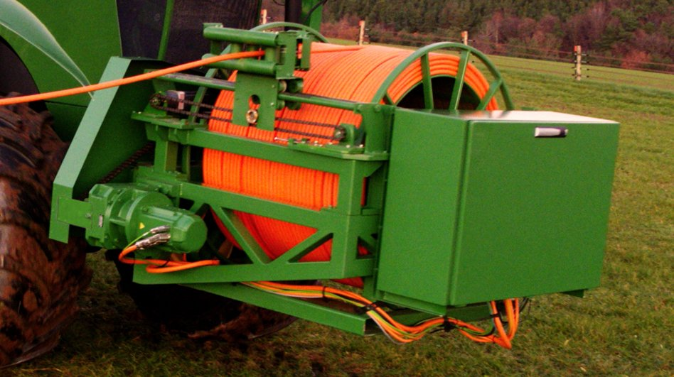 The tractor uses a drum to roll/unroll cable.