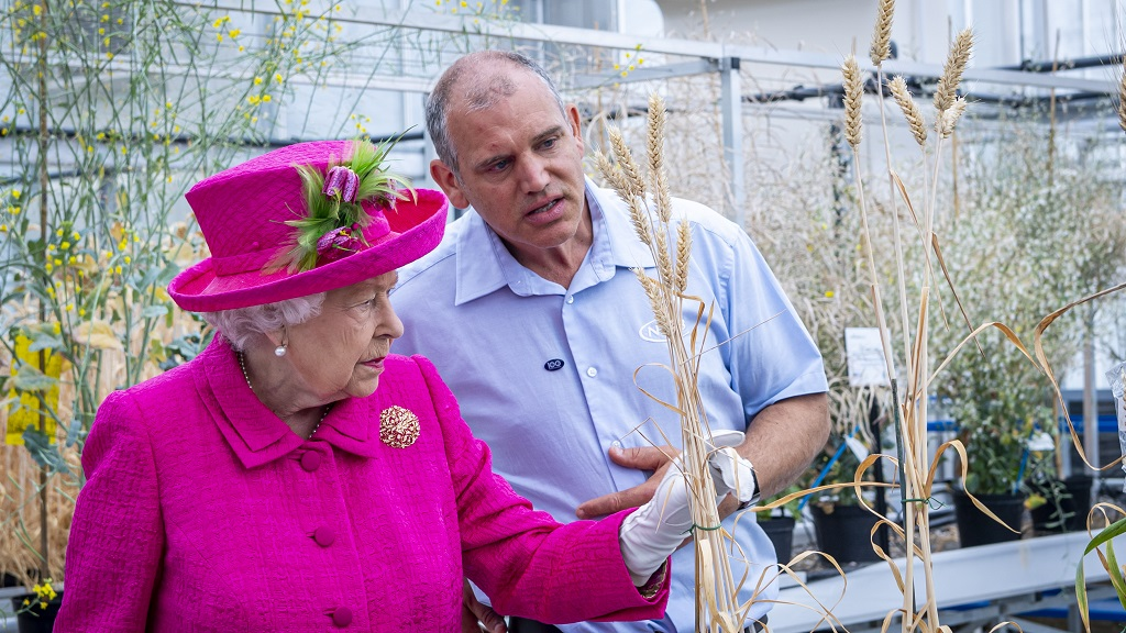Welcoming royal-tree: Her Majesty The Queen plants tree to mark NIAB centenary