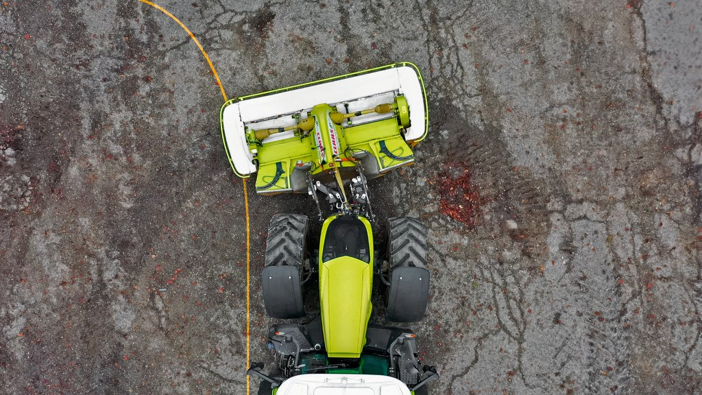Claas reveals swivelling front linkage for use with mowers