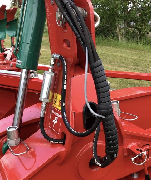 LO ploughs with Max specification have a cartridge-type filter in the pressure line