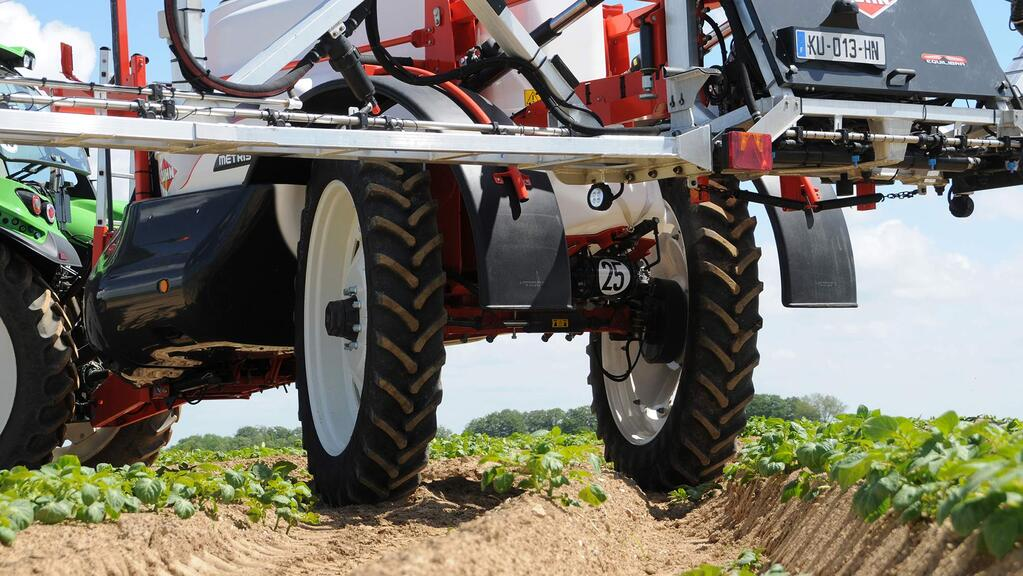 Automatic wheel following system for Kuhn's trailed sprayers