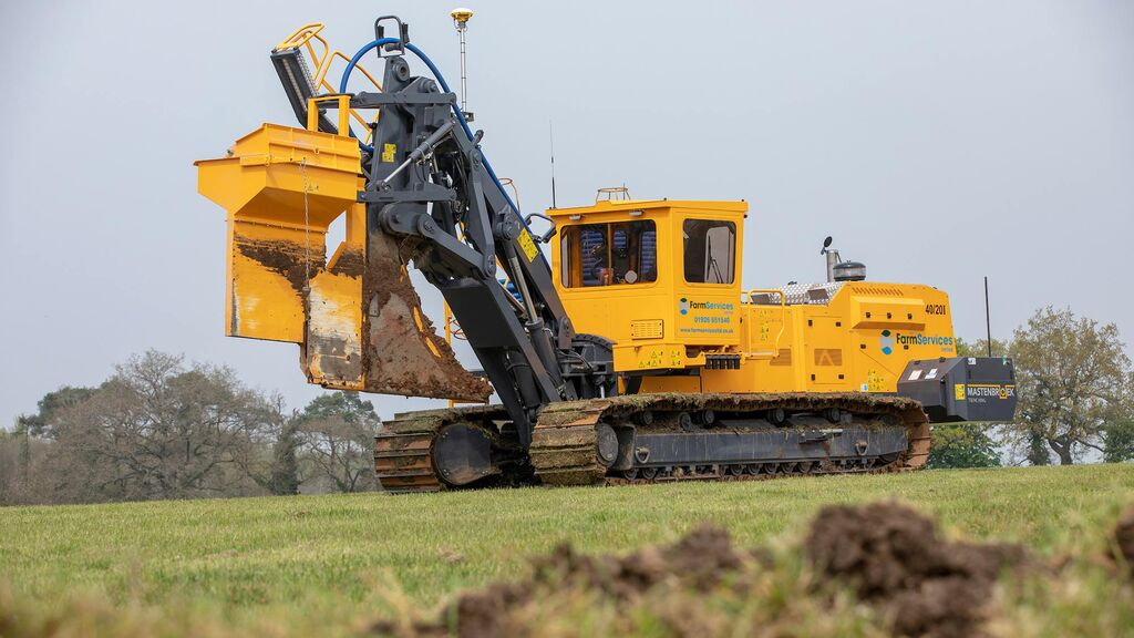 The 40/20i uses a large share, rather than a chain to create trenches up to 1.8m deep.