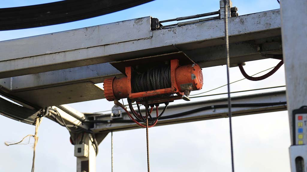 A hydraulic ram and pulley system raise and lower the dipping cage, with a winch in reserve.