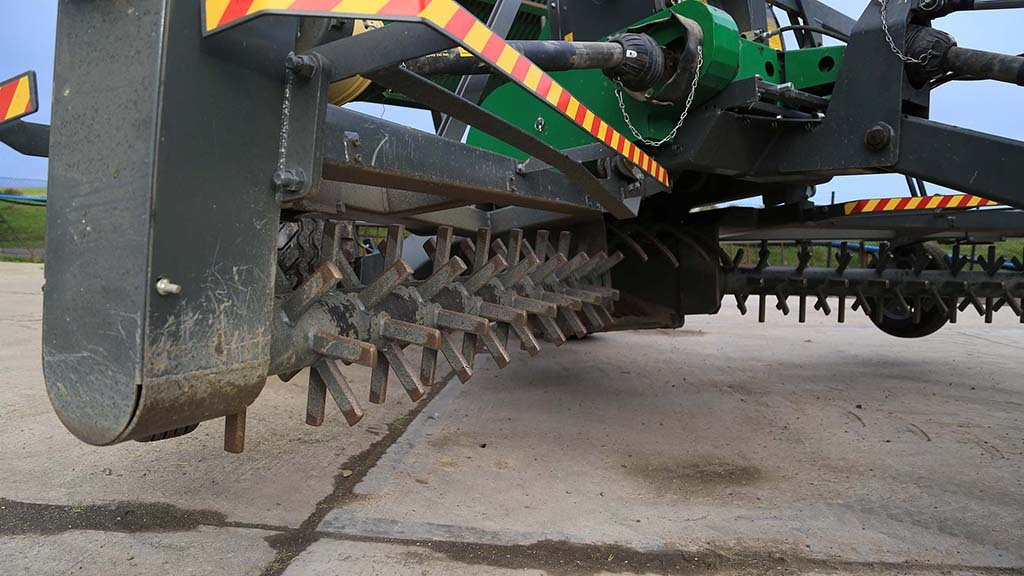 The four metre machine features hardened steel tines that rake stone into a windrow that is then collected by the lifting drum.