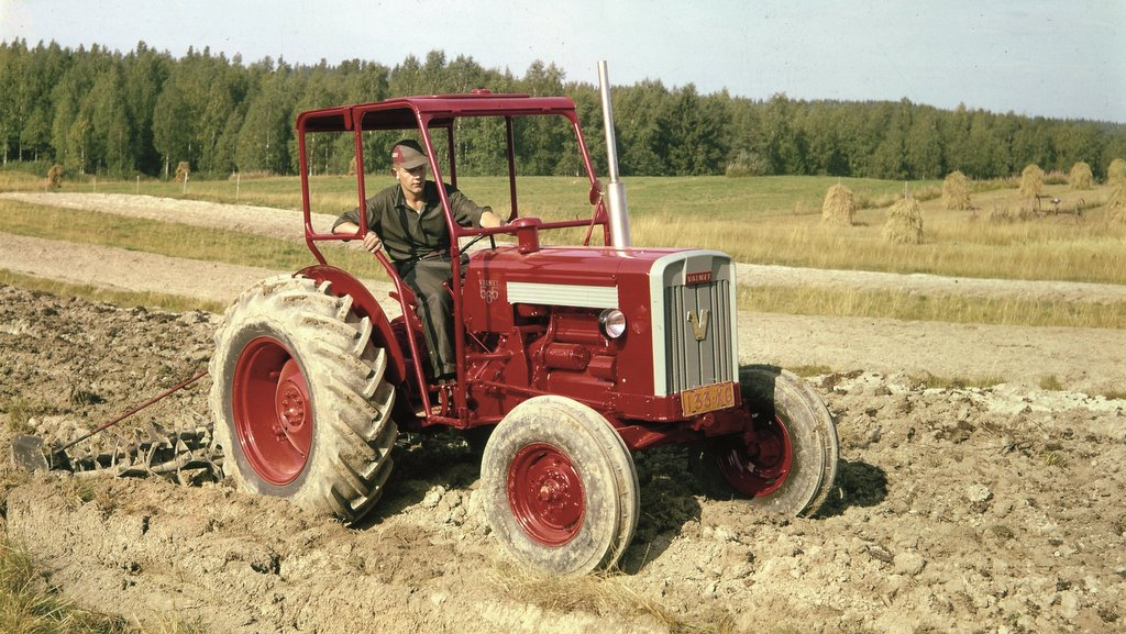 Introduced in 1964, the Valmet 565 Synkrotraktori model introduced the synchromesh tractor gearbox, with synchronisers fitted on gears two, three and the fast-slow range splitter.