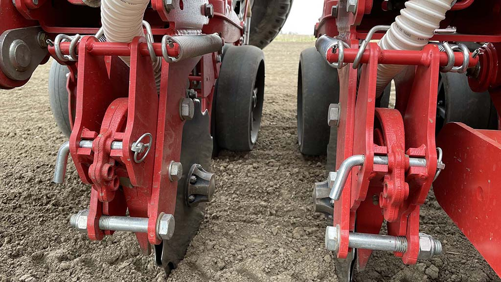 Base fertiliser is metered from an integrated 2,000 litre hopper and placed below and to the side of the seed using a double disc fertiliser coulter.