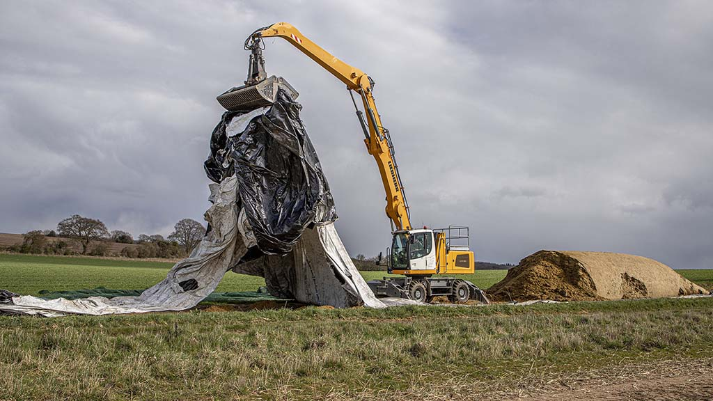 The LH30M's high reach simplifies tidying up on-site.