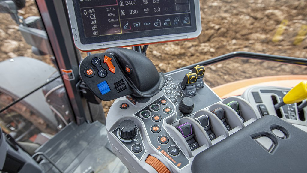 Good ergonomics and the ability to operate functions on the levers and switches rather than just from the screen come in handy when occasional drivers are less familiar with the tractor.
