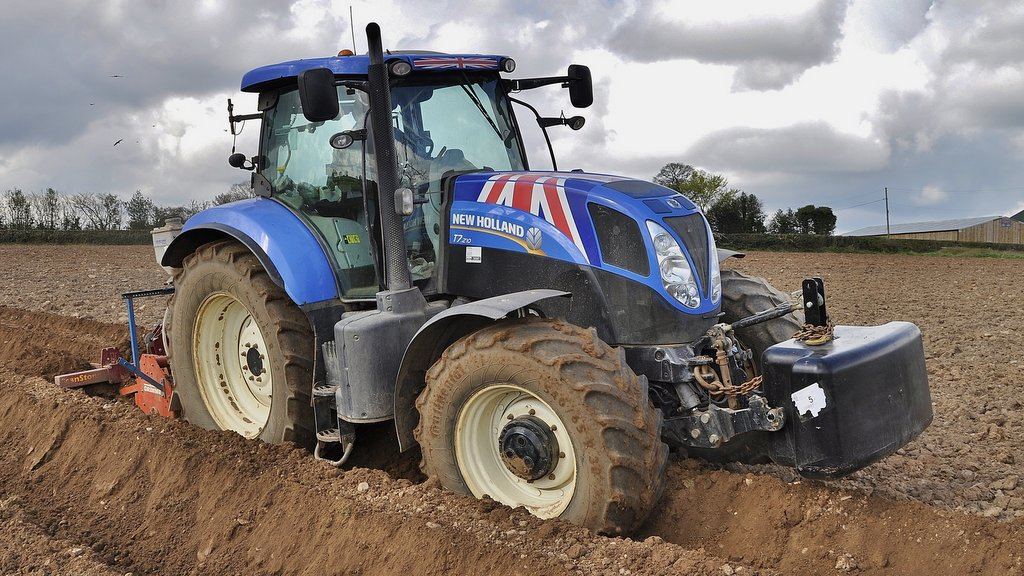 Pictured bed-forming with Richard Smith at the helm, this T7.210 features a PowerCommand transmission. None of tractors on this farm are specced with AutoCommand (CVT) gearboxes.