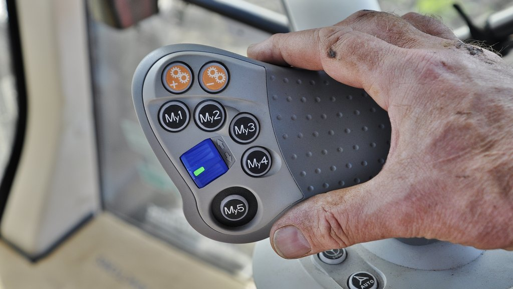 New Easy Pilot grip integrates five My-buttons. These can be programmed to handle numerous functions in different sequences and memorised according to multiple operator preferences.