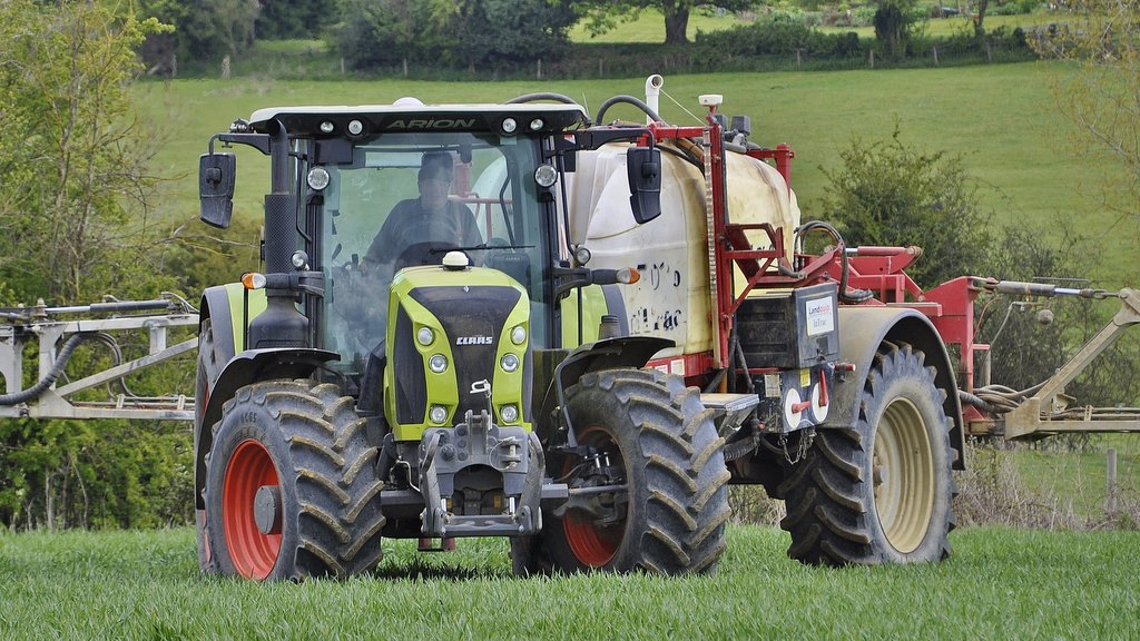 Claas 660 Arion boasts a tighter turning circle than the Puma 160 it replaced, however, unwary operators can be caught out as the rear tyres can snag trailer drawbars when making sharp turns.