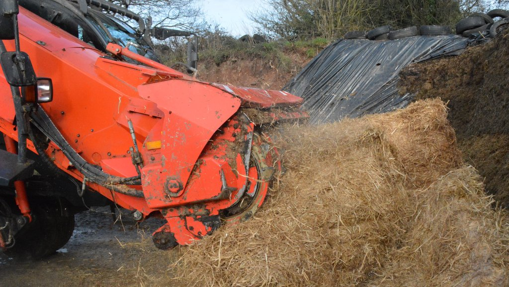 Baled straw or forage can easily be loaded through the milling head.
