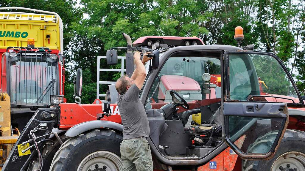 Here he is pictured replacing a broken mirror on a Manitou which he would sell later that day.
