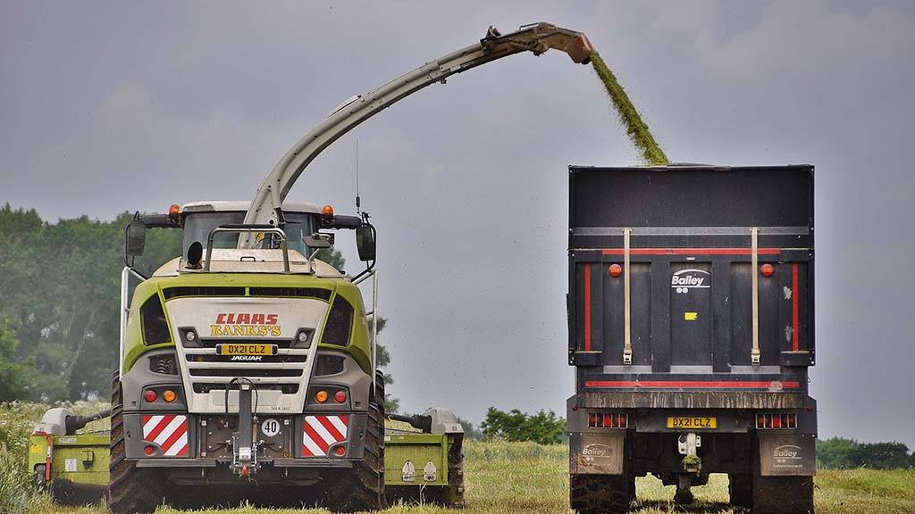 Type-502 Claas Jaguar 970 features 450bar of hydrostatic pressure on the ground drive, to improve tractability in difficult conditions. The Banks's 970 also has the optional tyre-pressure control system.